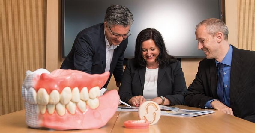 Digital Denture ist ein kompletter Herstellungsprozess zur schnellen digitalen Fertigung abnehmbarer Prothesen.