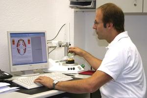 Au laboratoire dentaire Inn-Keramik, nous vérifions que nos restaurations répondent aux exigences d'occlusion spécifiques au patient.