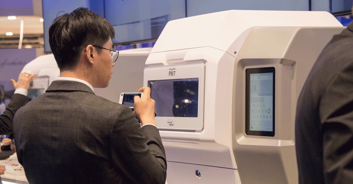 Se centró en la nueva línea de productos PrograMill: cuatro fresadoras de laboratorio para laboratorios muy pequeños, pequeños, medianos y grandes.