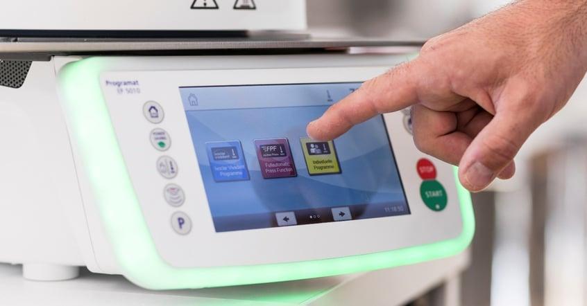 ZTM Oliver Brix (Deutschland) hat die vollautomatische Pressfunktion (FPF) der Programat EP5010-Pressöfen getestet. Als Anwender der ersten Stunde lobt er die einfache Handhabung dieser Funktion und die gute Oberflächenqualität der Ergebnisse