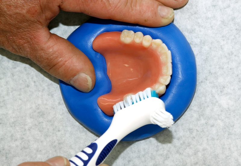 A customized silicone base stabilizes the denture and makes cleaning easier.